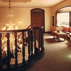 中庭に暮らすスペイン風パティオのある目白の家: 株式会社 山本富士雄設計事務所が手掛けた廊下 & 玄関です。