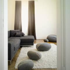 Salas de estilo moderno de Yeh Design Moderno