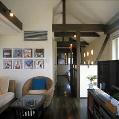 中庭エントランスのある家・・バリ風ハウス: ジェイ石田アソシエイツが手掛けたリビングです。