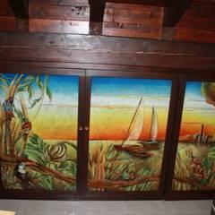 Ripostiglio sotto tetto con apertura telaio in legno e vetrate Artistiche in Vetrofusione: Cucina in stile  di G.M.Selena-Laboratorio Artigianale di Salami Elena