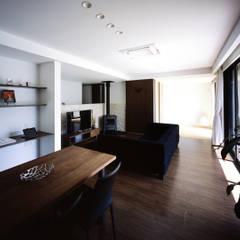 Ruang Keluarga oleh タカオジュン建築設計事務所-JUNTAKAO.ARCHITECTS-, Modern