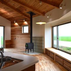 大郷の曲り家: 前見建築計画一級建築士事務所(Fuminori MAEMI architect office)が手掛けたリビングです。,カントリー