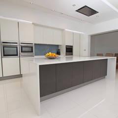 Grey and white matt kitchen island design:  Kitchen by LWK Kitchens