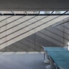 woning en kantoor volledig in ter plaatse gestort beton:  Studeerkamer/kantoor door pluspunt architectuur