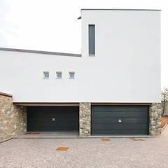 Porta basculante per garage serie Secur Plus Certificazione antieffrazione Classe 3: Garage/Rimessa in stile  di SILVELOX SPA