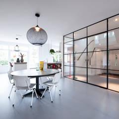 Verbouwing en inrichting jaren '30 woning:  Eetkamer door StrandNL architectuur en interieur