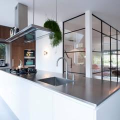 Verbouwing en inrichting jaren '30 woning:  Keuken door StrandNL architectuur en interieur