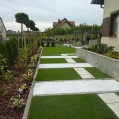 nowoczesne podejście do ogrodu: styl , w kategorii Ogród zaprojektowany przez Centrum Ogrodnicze GardenPol