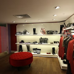 upstairs killah shoes area: Spazi commerciali in stile  di Pasquale Mariani Architetto