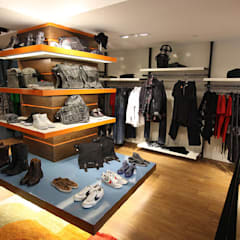 upstairs energie shoes area: Spazi commerciali in stile  di Pasquale Mariani Architetto
