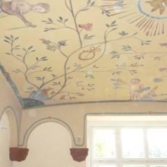 eine der zu erhaltenden Decken, deren teilweise noch vorhandene Bemalung restauriert wurde:  Krankenhäuser von Büro für Architektur und Stadtplanung Sabine Münzner