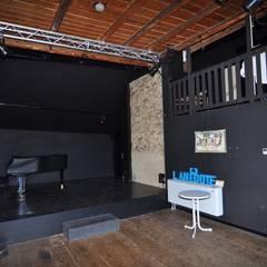 Salle l'Anecdote: Lieux d'événements de style  par TESTUD THEVENIN ARCHITECTES