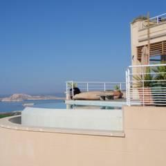 Villas Les Alpines: Piscines  de style  par 331 Corniche Architectes