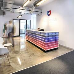 Recepcja z ladą wedle naszego projektu.: styl , w kategorii Biurowce zaprojektowany przez hanczar studio