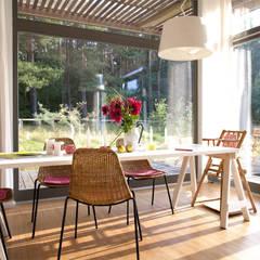 Sommerhaus PIU 65: skandinavische Esszimmer von SOMMERHAUS PIU