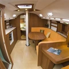 Interni zona dinette , carteggio e scorcio cucina : Yacht & Jet in stile  di Roberta Rose
