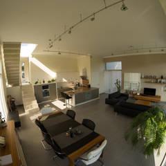 Neubau eines Einfamilienhauses mit Doppelgarage in Hanglage: moderne Wohnzimmer von STRICK  Architekten + Ingenieure