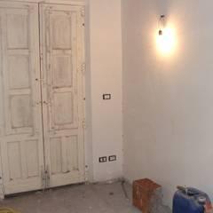 Vecchia ferramenta per la porta: Finestre in stile  di Antonio Torrisi