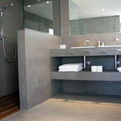 MICROCEMENTO  TKROM: Baños de estilo  de BADACOLOR S.L.,