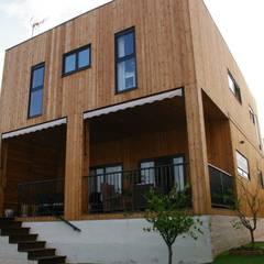 Casa de madera Natura Rosso 165 dúplex Casas modernas: Ideas, imágenes y decoración de Casas Natura Moderno