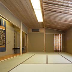 Paredes de estilo  por 矩須雅建築研究所