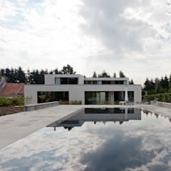 Woning VAWE: minimalistisch Zwembad door areal architecten cvba