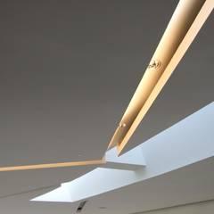 Les gorges lumineuses du plafond du Forum: Palais des congrès de style  par H2A - Ir Architecte & Associés