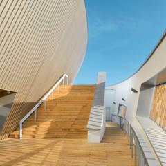 La promenade Extérieure: Palais des congrès de style  par H2A - Ir Architecte & Associés