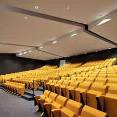 La salle plénière (Sièges Tangram): Palais des congrès de style  par H2A - Ir Architecte & Associés
