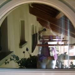 OGNI STANZA DEL COLORE CHE VUOI: Finestre in stile  di Cristina Molteni