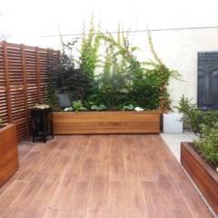 Ogród na dachu z nutką orientu: styl , w kategorii Taras zaprojektowany przez GREENERIA