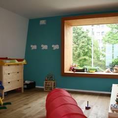 S.line wohnen bei Stuttgart: moderne Kinderzimmer von böser architektur