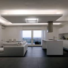 اتاق نشیمن توسطLorenzo Pagnini Architetto, مینیمالیستیک