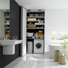 Bad mit Stauraum, hinter den Falttüren verschwindet die Waschmaschine und sonstiges :  Badezimmer von Burkhard Heß Interiordesign