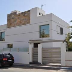 Casa Monne: Casas de estilo minimalista de Muxacra Arquitectos