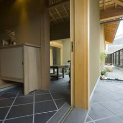 Corridor & hallway by 森村厚建築設計事務所, Asian