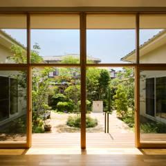 リビングから中庭: FURUKAWA DESIGN OFFICEが手掛けた庭です。