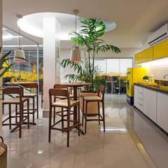 CAFÉ CENTRAL E SALAS DE TELEVENDAS AO FUNDO: Espaços comerciais  por Studio Karla Oliveira