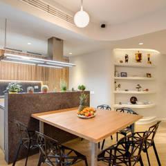 VEGEZIO: Sala da pranzo in stile  di MOB ARCHITECTS