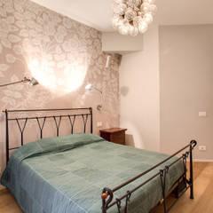 VEGEZIO: Camera da letto in stile  di MOB ARCHITECTS