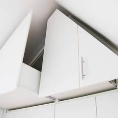 ZOLDERKAST | OPGERUIMD:   door WEBERontwerpt | architectenbureau, Minimalistisch