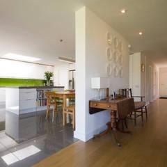 Calderwood:  Corridor & hallway by Designscape Architects Ltd