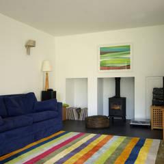 Cedar House:  Living room by Designscape Architects Ltd