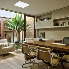 Oficinas y Tiendas de estilo  por DUET ARQUITETURA