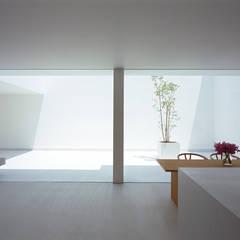 White Cave House: 山本卓郎建築設計事務所が手掛けたダイニングです。,モダン