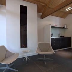 Verbouwing van garage tot kantoor:  Kantoorgebouwen door Schindler interieurarchitecten