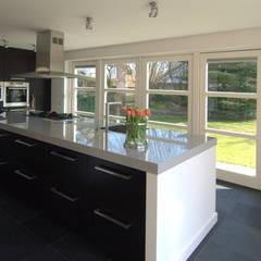 Moderne keuken:  Keuken door Schindler interieurarchitecten,
