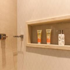 Detalhe do banheiro: Banheiros  por Barbara Dundes   ARQ + DESIGN