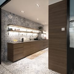 Cocinas de estilo asiático por Eightytwo Pte Ltd