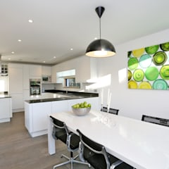 Schoolmasters: modern Dining room by build different